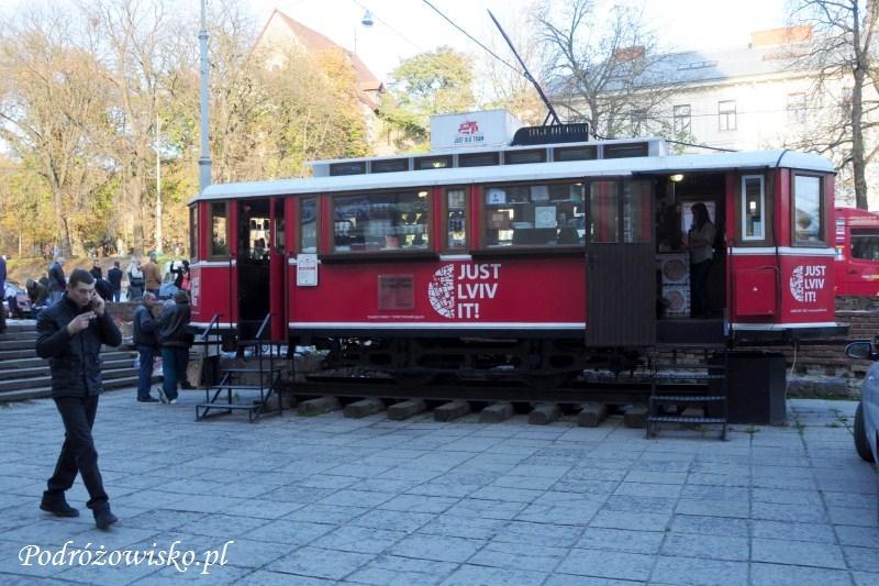 fot. Bar w starym wagonie tramwajowym