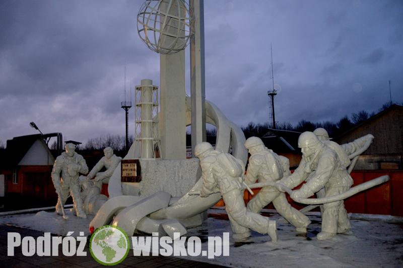 Fot. Pomnik poświęcony strażakom, którzy jako pierwsi pojawili się na miejscu katastrofy
